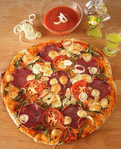 Pizza rukkolával és szalámival