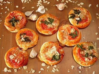 Mini pizza mozzarellával és bazsalikommal