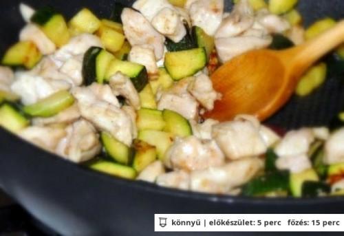 Krémsajtos-cukkinis csirkemell serpenyőben recept