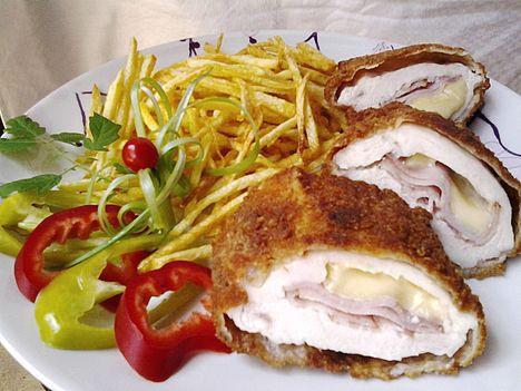 Mozzarellával és főtt füstölt tarjával töltött csirk
