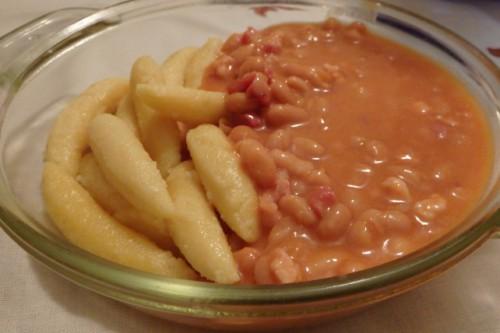 Sonkás chilis bab bajor galuskával