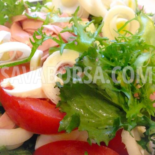 Frisée saláta mozzarellával és párizsival