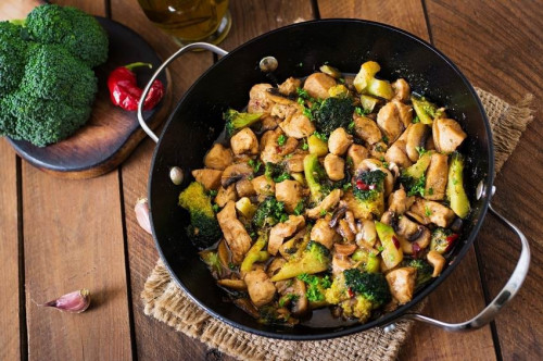 Egyedényes  csirke egyszerűen, brokkolival, gombával